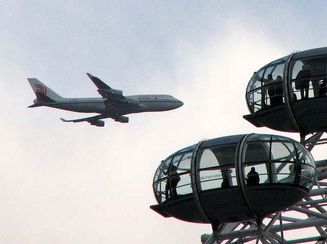 Avião perto da London Eye, em Londres