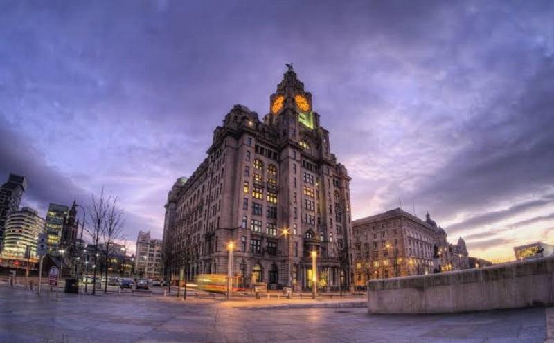 Noite em praça de Liverpool