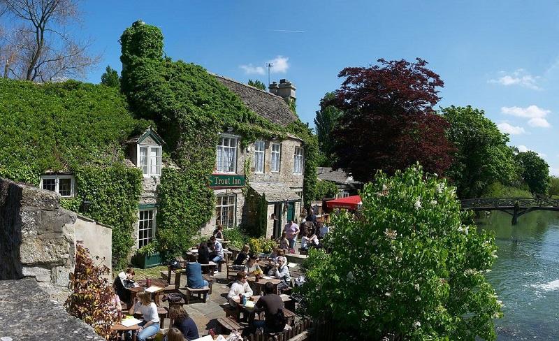 Café à beira de rio em Oxford